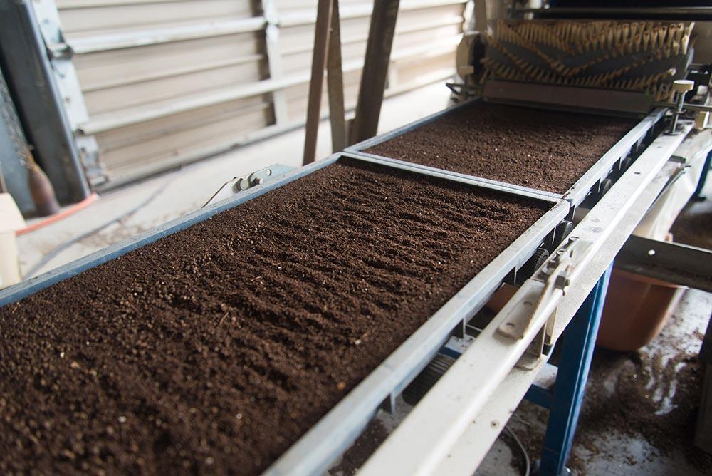 箱に土を敷いて、種を撒いて、また土を敷く作業を自動でしてくれます。