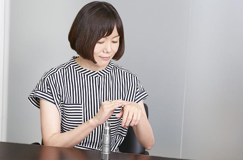 リペアジェルを手に取る入江信子さん