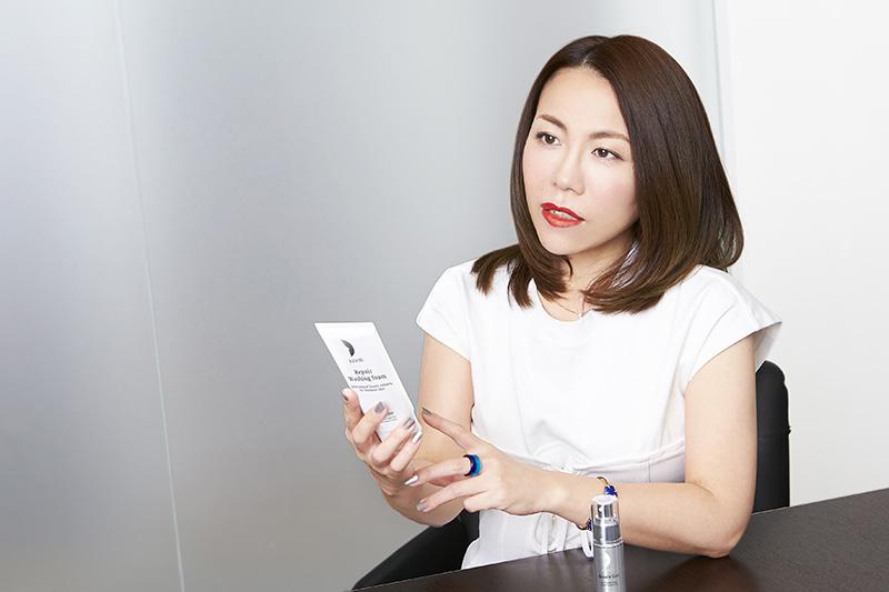 リペア洗顔フォームを手に取る前田美保さん